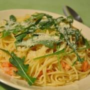 Mediterrane Spaghetti mit Shrimps, Rucola und Parmesan